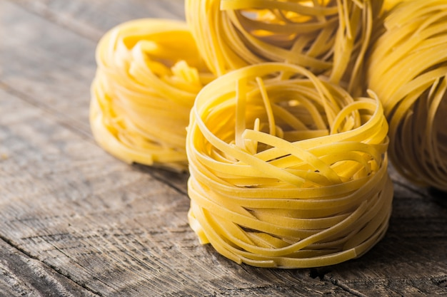 Zelfgemaakte pasta op een houten ondergrond