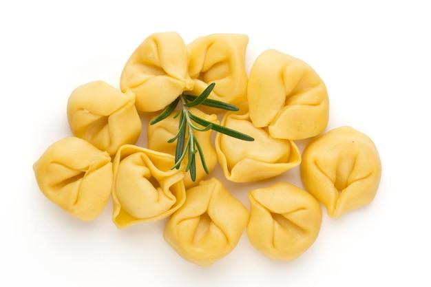Zelfgemaakte pasta, rauwe tortellini met kruiden.