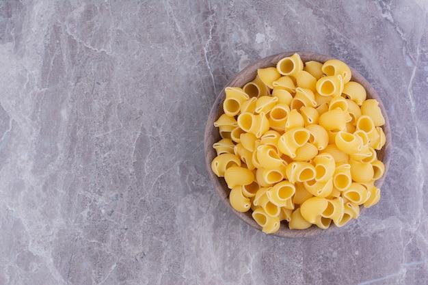 Zelfgemaakte pasta's geïsoleerd op de grijze marmeren ruimte.