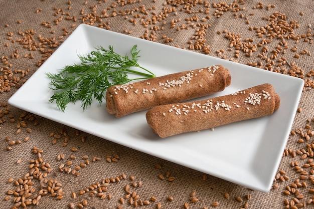 Zelfgemaakte pasteitjes gemaakt van zemelenmeel goede dieetvoeding.