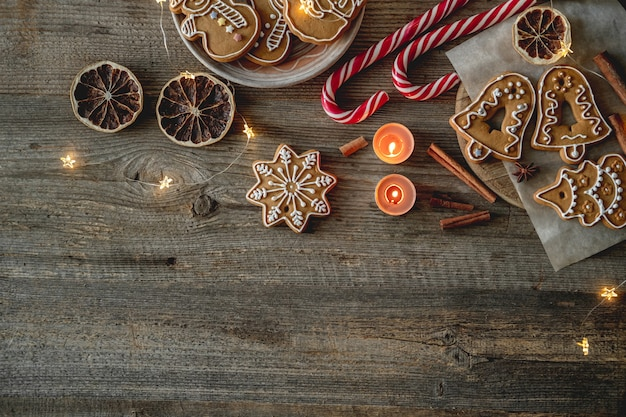 Zelfgemaakte peperkoek en kerstversiering op houten achtergrond met kopieerruimte, bovenaanzicht
