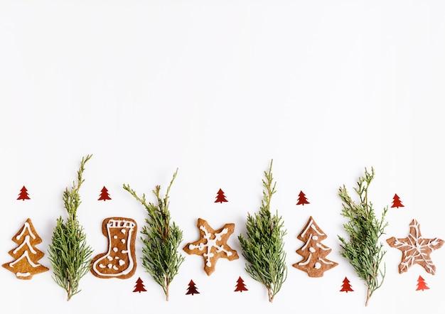 Zelfgemaakte peperkoek kerstkoekjes en kerstboom op witte tafel. kerst spandoek. bovenaanzicht, plat lag, kopieer ruimte. scandinavische handgemaakte stijl