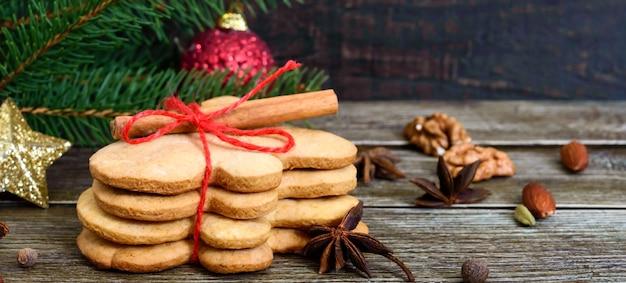 Zelfgemaakte peperkoek kerstkoekjes en kruiden op de houten achtergrond