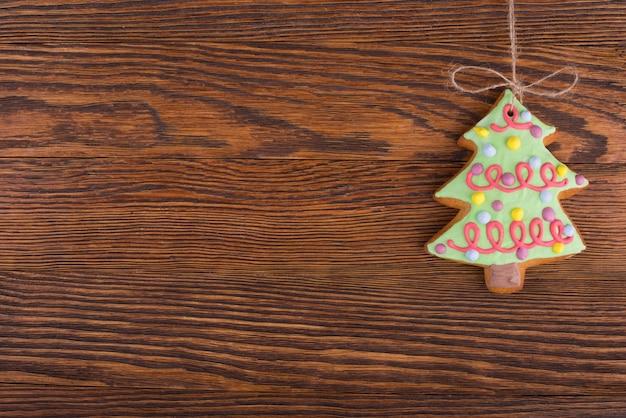 Zelfgemaakte peperkoek kerstkoekjes geïsoleerd