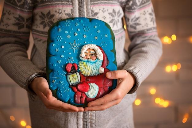Zelfgemaakte peperkoek kerstkoekjes in handen van kinderen