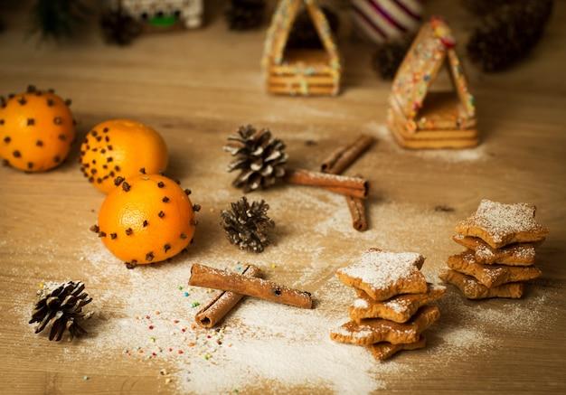Zelfgemaakte peperkoek kerstkoekjes, kruiden en decoratie