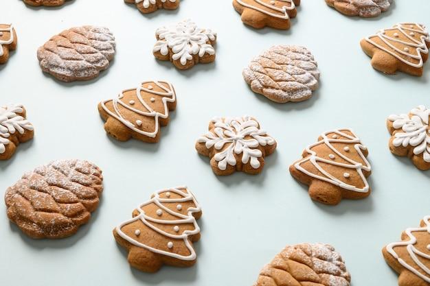 Zelfgemaakte peperkoek kerstkoekjes op blauwe achtergrond. xmas wenskaart. isometrisch. detailopname.