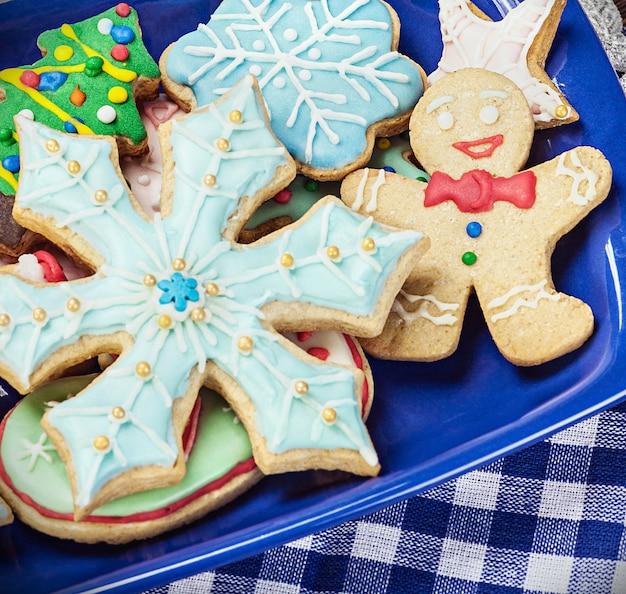 Zelfgemaakte peperkoek kerstkoekjes op de plaat
