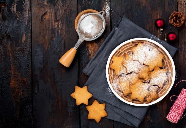 Zelfgemaakte peperkoek kerstkoekjes op oude rustieke houten tafel. bovenaanzicht.