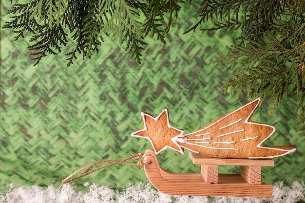 Zelfgemaakte peperkoek van kerstmis op een houten slee