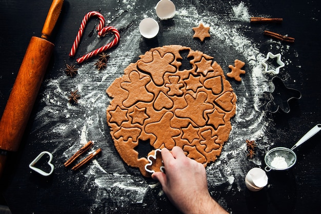 Zelfgemaakte peperkoekkoekjes koken. traditioneel huisgemaakt kerstgebak. zelfgemaakte peperkoekkoekjes maken. feestelijke sfeer, thuis koken.
