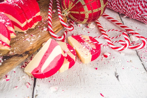 Zelfgemaakte pepermuntkoekjes wit en rood fluweel chocoladesalami snoepjes in kerst candy cane-stijl