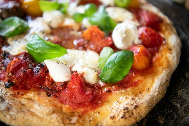 Zelfgemaakte pizza eten fotografie recept idee