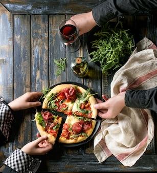 Zelfgemaakte pizza met bresaola