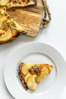 Zelfgemaakte pizza met peren, noten en blauwe kaas. witte achtergrond. bovenaanzicht