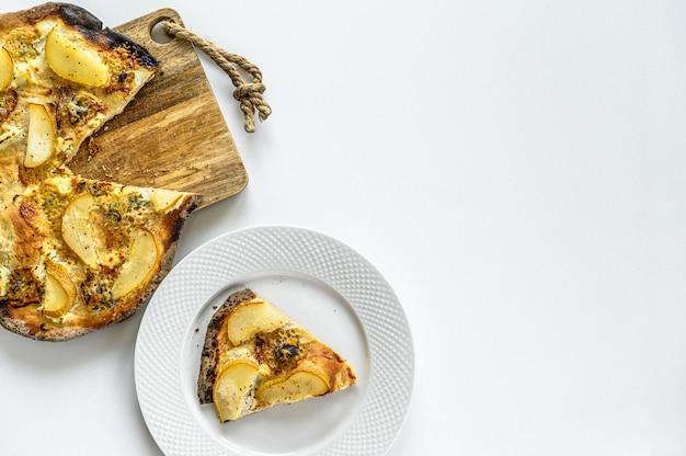 Zelfgemaakte pizza met peren, noten en blauwe kaas
