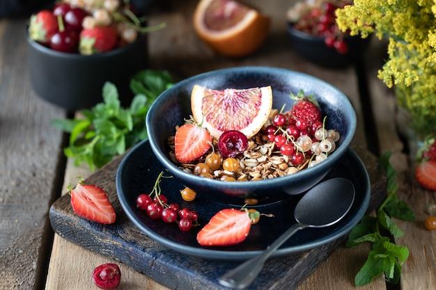 Zelfgemaakte pompoen muesli met noten en zaden in een glazen pot voor een gezond ontbijt. herfst stilleven. donkere foto