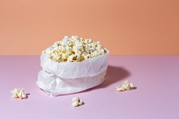 Zelfgemaakte popcorn op gekleurde tafel met hoog contrastlicht. snack concept