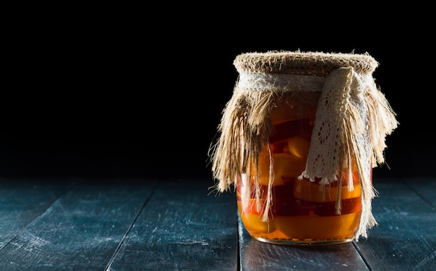 Zelfgemaakte potten met fruit