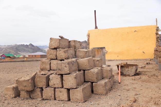 Zelfgemaakte productie, minifabriek, drogen van ruwe kleibaksteen