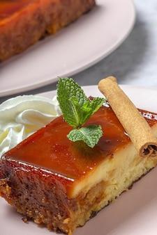 Zelfgemaakte pudding van verse en gezonde appels op marmeren achtergrond