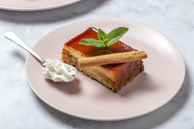Zelfgemaakte pudding van verse en gezonde appels op marmeren tafel