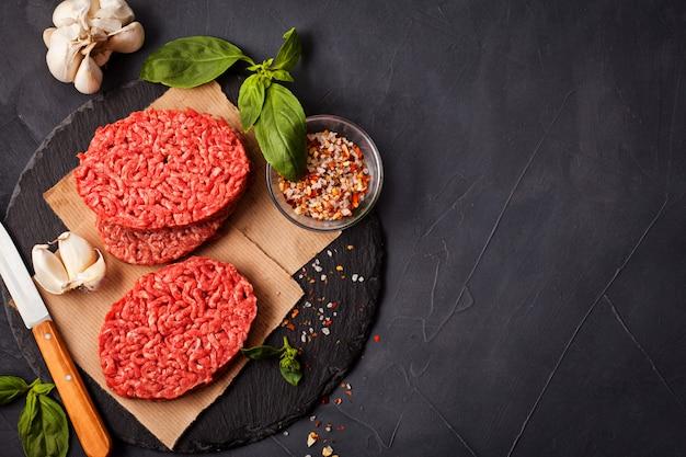 Zelfgemaakte rauwe biologische rundergehakt steak