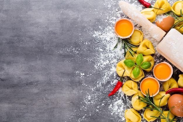 Zelfgemaakte rauwe italiaanse tortellini en basilicumblaadjes