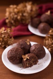 Zelfgemaakte rauwe veganistische chocoladeballen