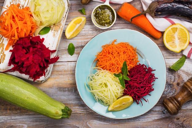 Zelfgemaakte rauwe verse courgette, wortel en rode biet pasta