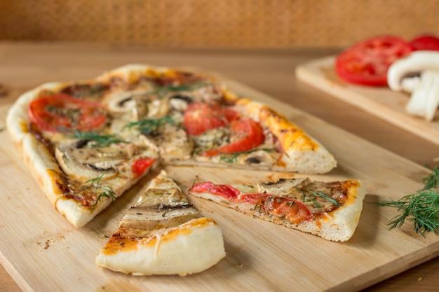 Zelfgemaakte rechthoekige pizza margherita met champignons