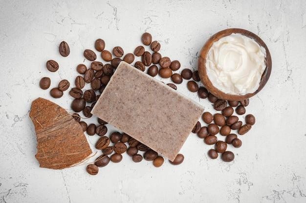 Zelfgemaakte remedie met bovenaanzicht van koffiebonen