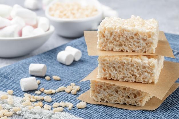 Zelfgemaakte repen marshmallow en krokante rijst
