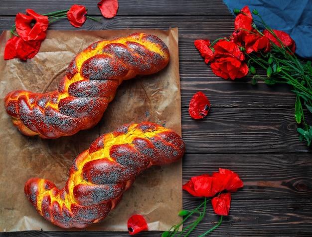 Zelfgemaakte rieten challah met maanzaad en saffraan op een bakplaat