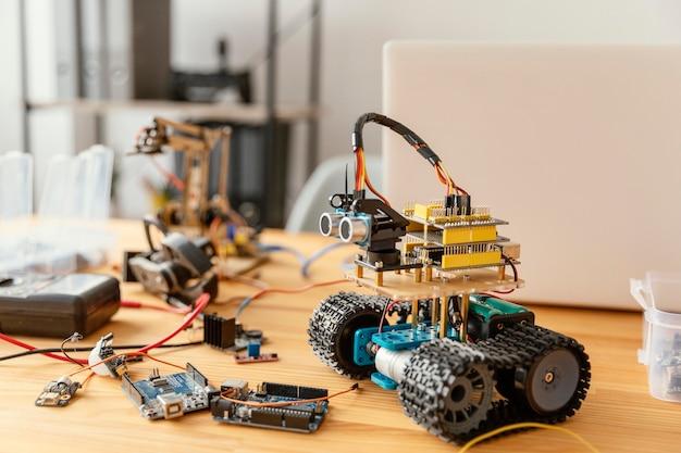 Zelfgemaakte robot op bureau