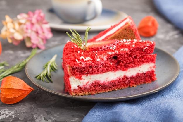 Zelfgemaakte rode fluwelen cake met melkroom en aardbei met kopje koffie
