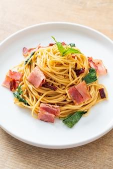 Zelfgemaakte roergebakken spaghetti met gedroogde chili en bacon
