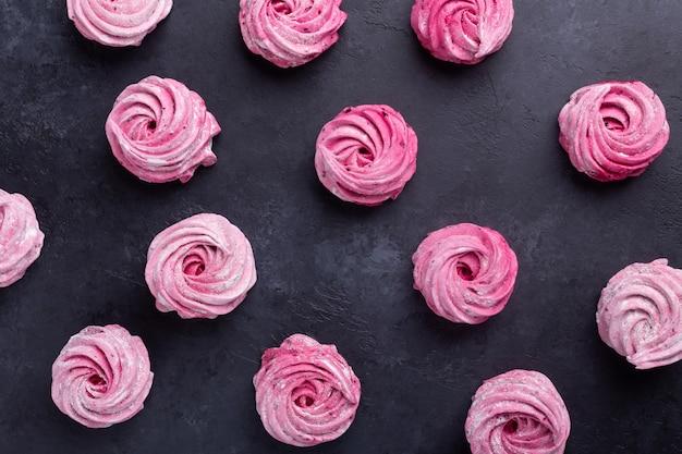 Zelfgemaakte roze marshmallow op een zwarte steen