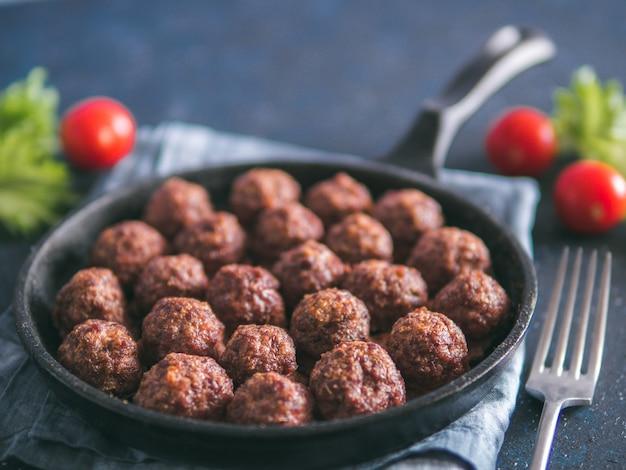 Zelfgemaakte rundergehaktballetjes in gietijzeren koekepan
