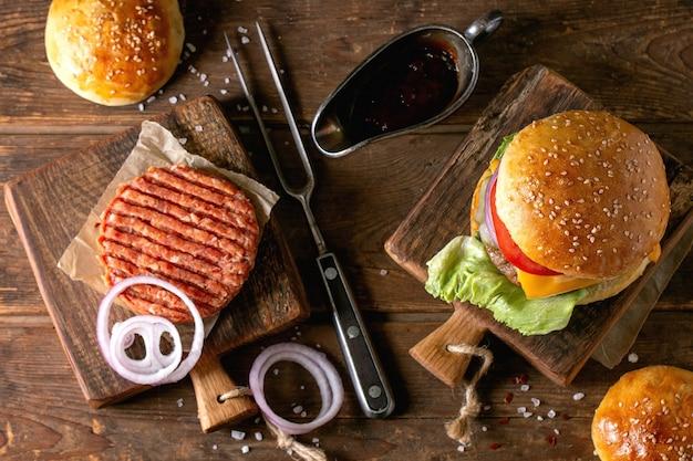 Zelfgemaakte runderhamburger met ingrediënten