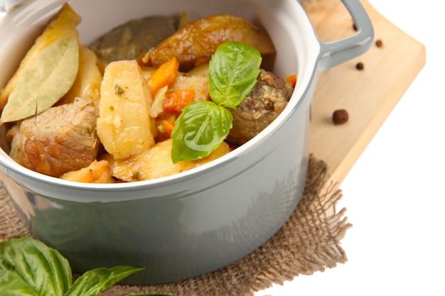 Zelfgemaakte rundvlees roerbak met groenten in kleur pan, op een houten bord, geïsoleerd op wit