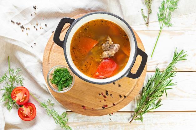 Zelfgemaakte rundvleessoep met groenten, bovenaanzicht