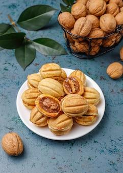 Zelfgemaakte russische koekjes met gekookte gecondenseerde melk en walnoten.