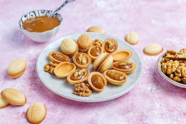 Zelfgemaakte russische walnootkoekjes met gekookte gecondenseerde melk.