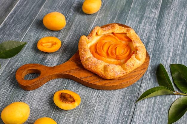 Zelfgemaakte rustieke abrikozengalette met verse biologische abrikozenvruchten