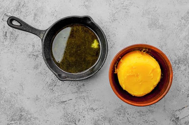 Zelfgemaakte rustieke gesmolten boter en kleine gietijzeren koekenpan