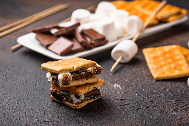 Zelfgemaakte s'mores met crackers, marshmallows en chocolade