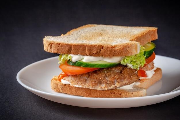 Zelfgemaakte sandwich gemaakt van toastbrood.