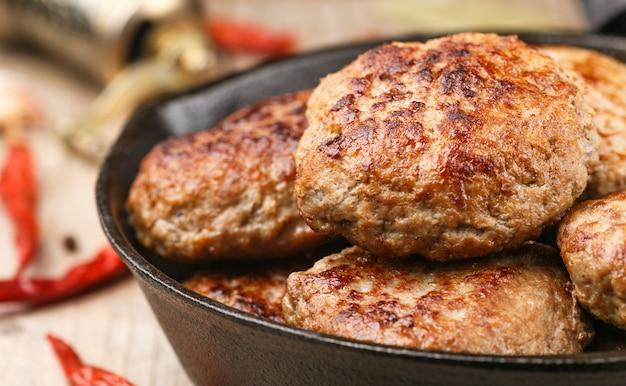 Zelfgemaakte sappige gebakken vleeskoteletten