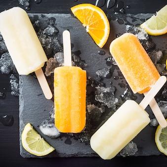 Zelfgemaakte sinaasappel- en citroenijslollys